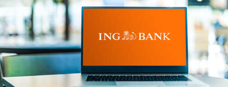 POZNAN, POL - SEP 23, 2020: Laptop computer displaying of The ING Group, a Dutch multinational banking and financial services corporation headquartered in Amsterdam 新聞圖片