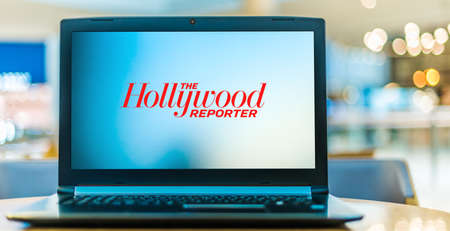 POZNAN, POL - JAN 6, 2021: Laptop computer displaying logo of The Hollywood Reporter, a digital and print magazine, and website, which focuses on the Hollywood film, tv, and entertainment industries 新聞圖片