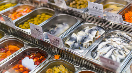 Marinated food products put up for sale in a supermarket commercial refrigerator 版權商用圖片