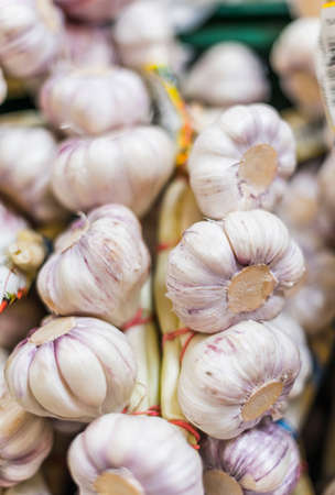 Garlic put up for sale in a grocery store 版權商用圖片
