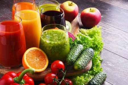 Glasses with fresh organic vegetable and fruit juices. Detox diet 版權商用圖片