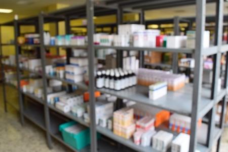 farmacia: Los medicamentos en la farmacia. Estantes de las existencias en el almacén de drogas. fondo borroso.