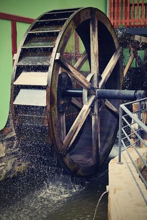 watermill: Hermoso viejo molino de agua de madera