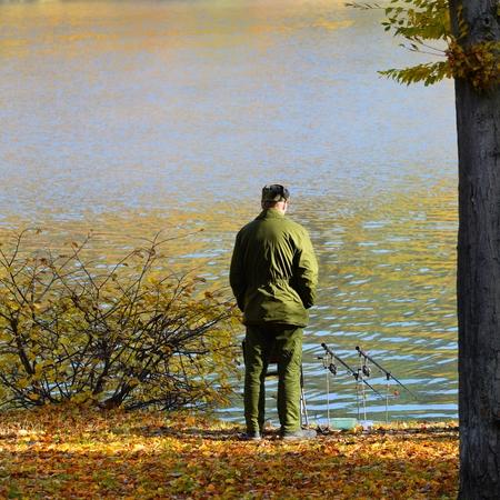 hombre pescando: El hombre pesca en el lago