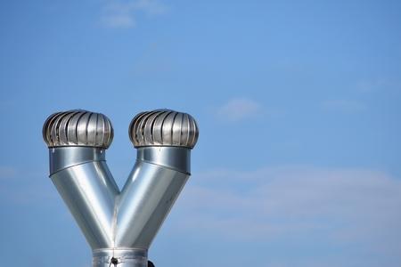 Ventilation et climatisation sur le toit de la maison Banque d'images - 66894411