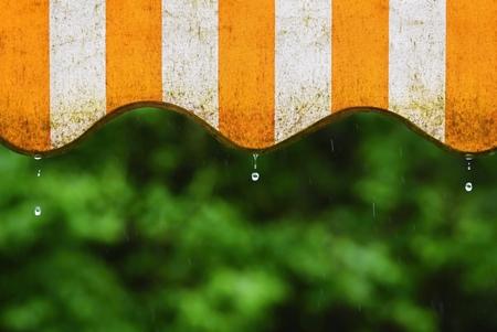 비. 봄 날 동안 자연 화려한 배경에 발코니와 물 방울 천막 스톡 콘텐츠 - 78591375