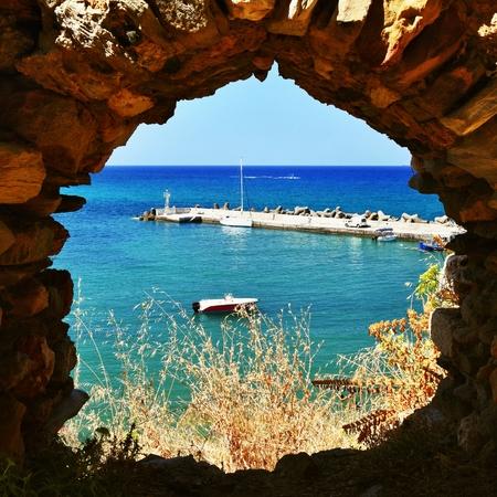 Traditioneel mooi Grieks dorp van Panormos op het Eiland Kreta. Zomer achtergrond voor reizen en vakantie. Stockfoto