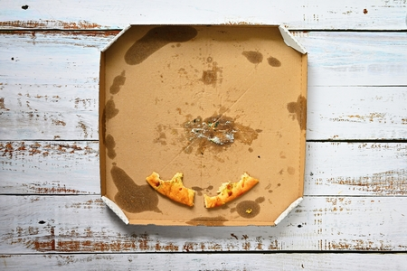 The last pieces of pizza in the box. Imagens