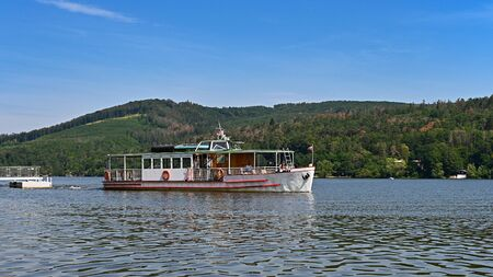 Cruise ship / steamer on the Brno dam. Beautiful summer sunny during recreation - vacation near water 写真素材 - 129561009