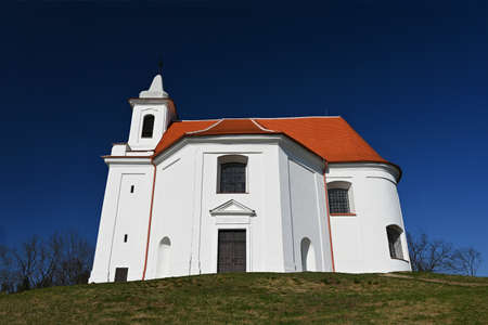 美丽的圣安东尼老教堂。捷克Dolni Kounice