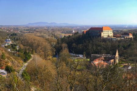 美丽的古堡,背景是一幅风景。多尔尼-南摩拉维亚-捷克共和国
