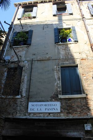 Beautiful architectural details from the narrow streets of Venice, Italy Standard-Bild - 131712462