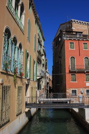 View of the old buildings and canals of Venice, Italy Standard-Bild - 131712519