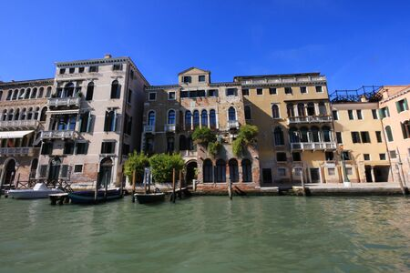 View of old historic and residential buildings along the Grand Canal, Venice, Italy Standard-Bild - 131712622