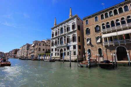 View of old historic and residential buildings along the Grand Canal, Venice, Italy Standard-Bild - 131712621