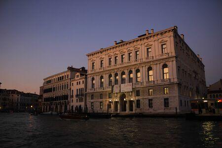 The night descends over the Grand Canal in Venice Standard-Bild - 131712634
