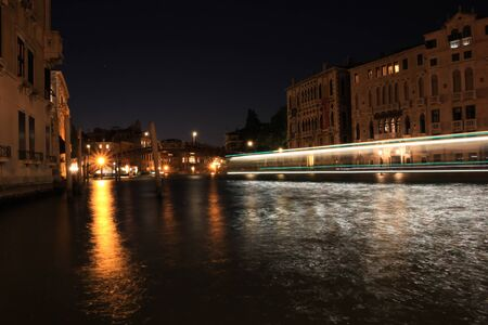 Venice at night. The lights of the city are reflected in the quiet Venetian canals. Standard-Bild - 131712702