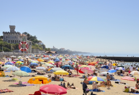 Busy beach in Estoril, a civil parish of the Portuguese municipality of Cascais, in central Lisbon district Sajtókép