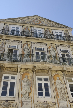 chiado: Building in Chiado, classified as public interest  The exterior decoration, tiles with Masonic motifs, includes six allegorical figures - Earth, Water, Trade, Industry, Science and Agriculture