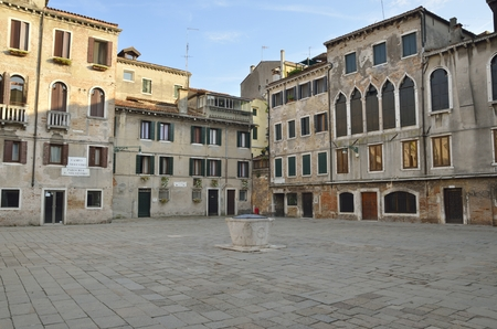Water well in the middle of silvestro Square in Venice, Italy Archivio Fotografico