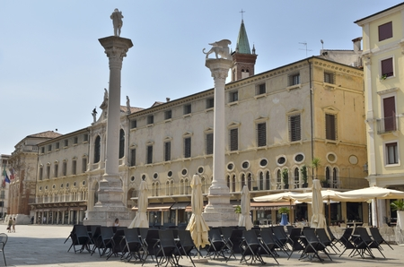 leon alado: Las dos columnas (a la derecha del le�n alado, s�mbolo de San Marcos y de la Rep�blica de Venecia) de la Plaza de los Lores en Vicenza, Italia. Vicenza se ha alistado como Patrimonio de la Humanidad por la UNESCO desde 1994.