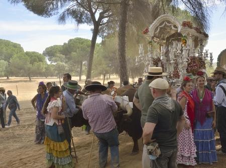 fraternit�: Les p�lerins autour de l'insigne de la confr�rie de Triana sur son p�lerinage dans la campagne de Huelva, en Espagne.