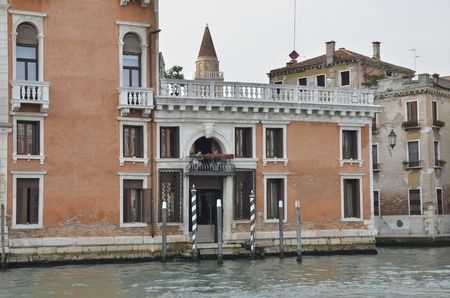 grand canal: Couple on a balcony overlooking the Grand Canal in Venice, Italy