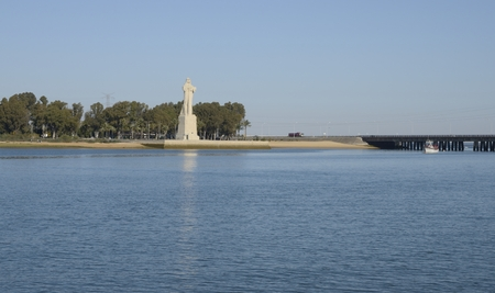 descubridor: Monumento a la Fe Descubridora, que representa la figura de un monje franciscano en la confluencia de los ríos Odiel y Tinto en Huelva, España.