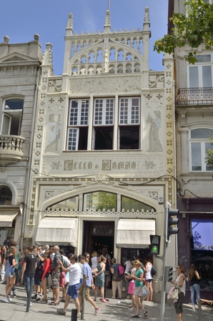 lots people: Lots of people near the entrance of the famous bookstore Lello in Porto, Portugal