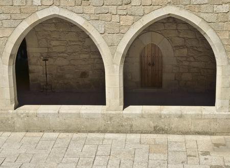 arcos de piedra: arcos de piedra del corredor en el patio interior del palacio de los Duques de Braganza en Guimaraes, en la región norte de Portugal.