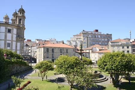 adn: Iglesia de la Virgen Peregrina ADN otros edificios en la plaza en la ciudad de Pontevedra, Galicia, España.