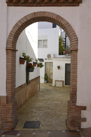 Brick archway at alley in Benahavis, a  mountain village next to Marbella, Andalusia, Spain. 스톡 콘텐츠