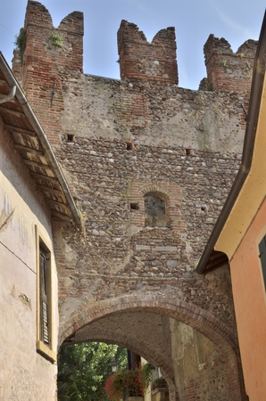 Old arch in Borguetto, a charming village  of the province of Verona, Italy. Banque d'images - 121436452