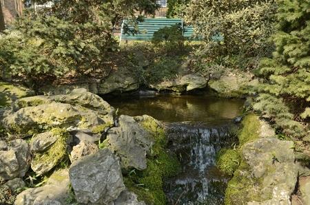 Small waterfall to the lake at the botanical garden in Leuven, Belgium. Stockfoto