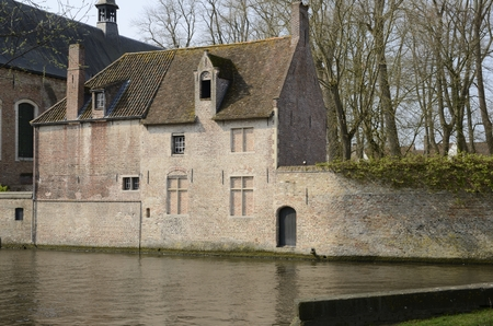 Traditional brick house along canal in Brugge, West Flanders,Belgium. Banque d'images - 121966605
