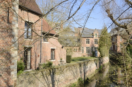Brick houses along small canal in the the Great  Beguinage in Leuven, Belgium. Stockfoto
