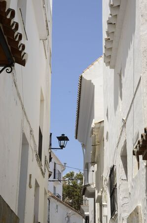 Whitewashed houses in narrow alley of Casares, a  mountain village of Malaga province, Andalusia, Spain. 版權商用圖片