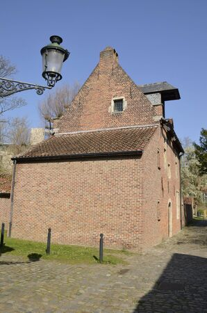 Brick house at cobbled street in  the Great  Beguinage in Leuven, the capital of the province of Flemish Brabant in Belgium. Banco de Imagens - 132126342