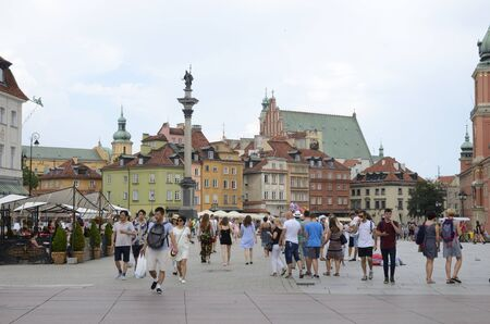 Warsaw, Poland - July 29, 2018: Tourists at the famous Square of the castle  in Warsaw, Poland. 新聞圖片