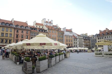 Warsaw, Poland - July 30, 2018: People at outdoors restaurants in the Market Square in the old town of Warsaw, Poland. 新聞圖片