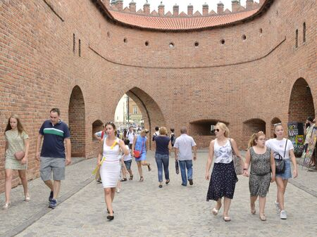 Warsaw, Poland - July 29, 2018: People at historic gateway  in the old town of Warsaw, Poland. 新聞圖片