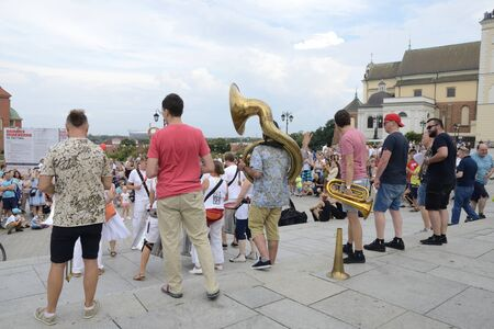 Warsaw, Poland - July 29, 2018: People watching street musicians  in the famous Square of the castle  in Warsaw, Poland. 新聞圖片
