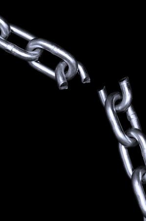 cadena rota: Cadena rota sobre fondo negro Foto de archivo