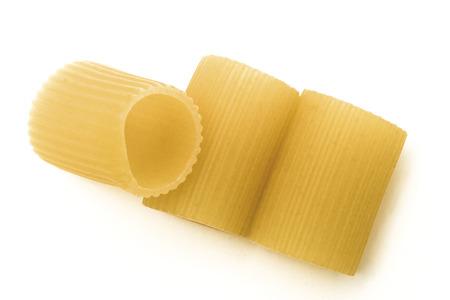 finer: Medias mangas a rayas pasta italiana en el fondo blanco