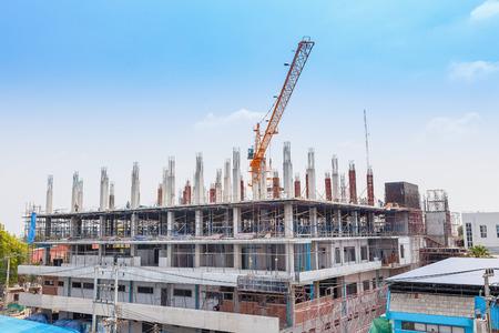Grúa y la obra de construcción