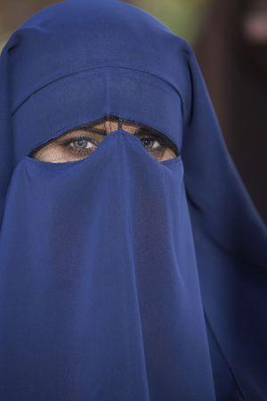 niqab: Portrait of muslim woman wearing niqab LANG_EVOIMAGES