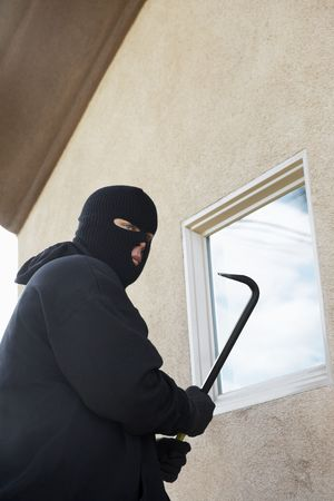 balaclava: Burglar using crowbar to get into house LANG_EVOIMAGES