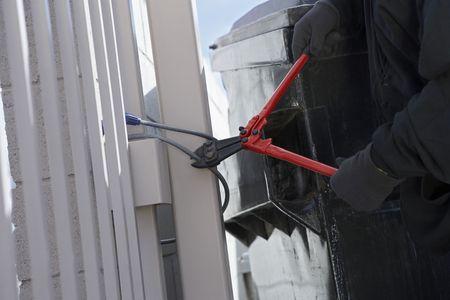 wire fence: Thief cutting lock
