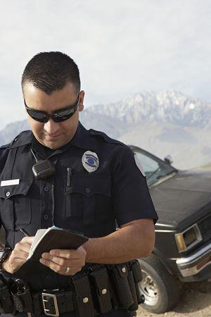 policier: L'agent de police � prendre des notes � l'avant de la voiture