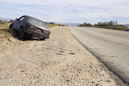 abandoned car: Coche abandonado en la carretera
